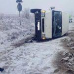 Două persoane rănite după ce o dubă s-a răsturnat pe DN 14B, la intrarea în Crăciunelu de Jos