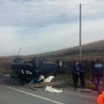 Un bărbat a decedat iar o femeie a fost rănită după ce căruța cu care se deplasau a fost spulberată de un Jeep care s-a răsturnat peste ea