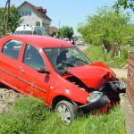 Doi răniți la Mănărade după ce un autoturism a lovit un gard
