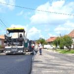 """La Blaj, vară """"fierbinte"""" în derularea de noi lucrări edilitare: asfalt, rigole, trotuare şi parcări"""