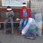 """O femeie și fiul acesteia din Blaj, prinși în flagrant la Alba Iulia în timp ce sustrăgeau haine din containerele """"Caritas"""""""