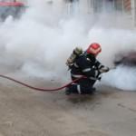 Pompierii au intervenit pentru stingerea unui incendiu izbucnit la un autoturism parcat pe strada Eroilor din Blaj