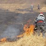 Incendiu de vegetaţie uscată produs la Sâncel, lichidat de pompierii din Blaj