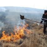 Incendiu de vegetaţie uscată produs pe DN 14B, lichidat de pompierii din Blaj