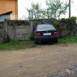 Un tânăr neatent, aflat sub influența alcoolului, s-a proptit cu mașina în gardul unui imobil din Sâncrai