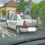 Unui autoturism de poliție Dacia Logan, parcat neregulamentar, i-au fost blocate roțile de către Poliția Locală din Blaj