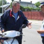Dosar penal pentru un bărbat de 52 de ani din Jidvei, după ce a fost surprins de polițiști conducând fără permis un moped neînmatriculat, la Veseuș
