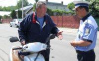 Bărbat de 59 de ani din Jidvei cercetat de polițiști, după ce a fost surprins în timp ce conducea un moped fără a avea permis, pe raza localității Veseuș