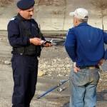 Bărbat din Blaj surprins de jandarmi pescuind pe Târnava Mare fără a poseda permis