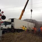 Un TIR şi-a blocat roţile în liniile de cale ferată și a blocat circulația feroviară între Blaj şi Copşa Mică
