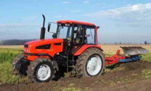 tractor-la-arat-pe-camp