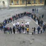 """Lanț uman în formă de inimă și tricouri cu mesajul """"Happy Valentine's Day"""" purtate în pauza mare, de elevii Liceului Tehnologic """"Ștefan Manciulea"""" din Blaj"""
